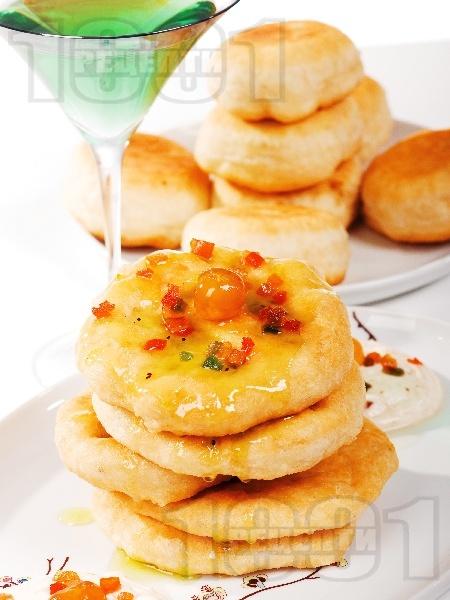 Мекици с яйца, кисело мляко и мая - снимка на рецептата